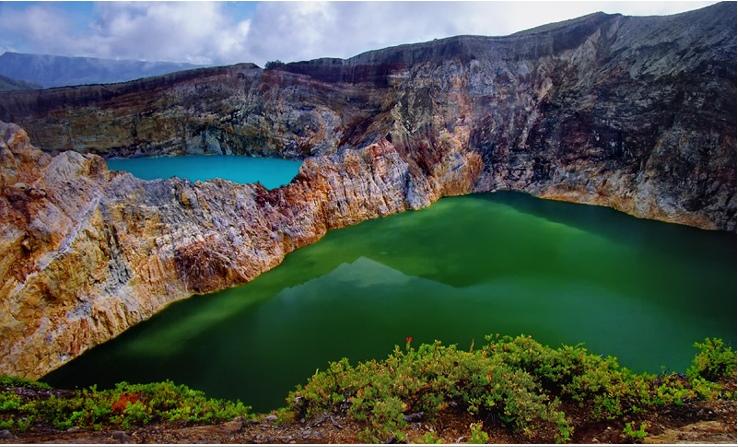 Трехцветные озера Келимуту