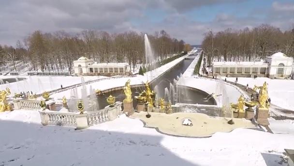 снег и фонтаны в Петергофе