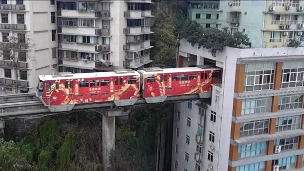 сквозь дом на поезде Чунцин