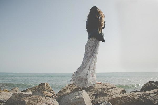 девушка в длинном развевающемся платье