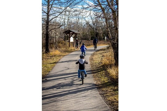 папа с ребенком велосипед